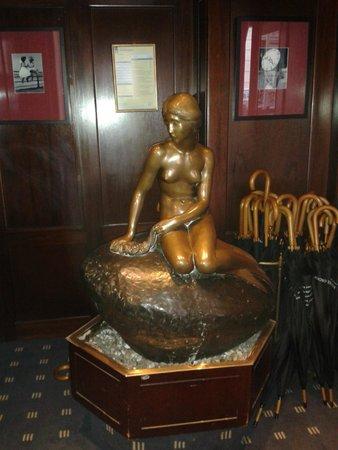 Hotel Opera: Статуя Русалочки в Отеле