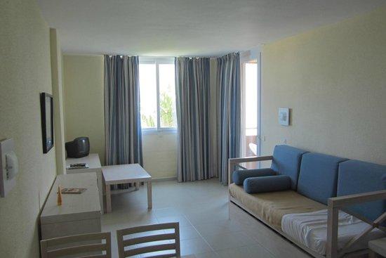 Hyb Eurocalas: Habitación doble, sofá con dos camas y doble cama.