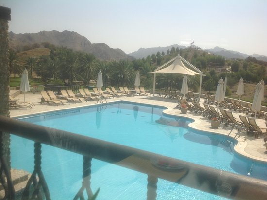 JA Hatta Fort Hotel : Lunch over the pool