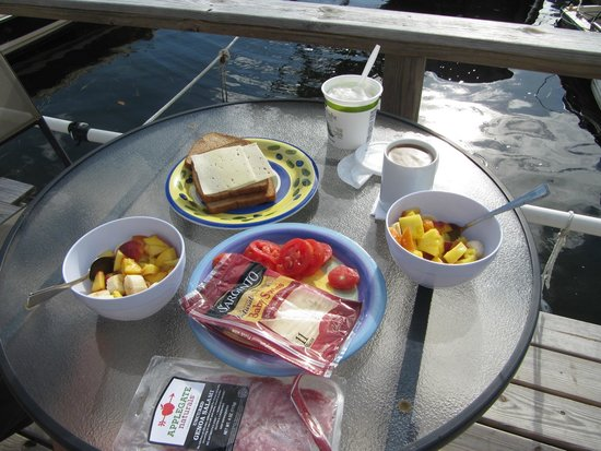 Key Largo House Boatel : Breakfast is served and it's another sunny day!