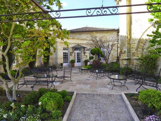 Hostellerie de Plaisance : entrée et terrasse