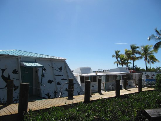 Key Largo House Boatel : Houseboats in a row
