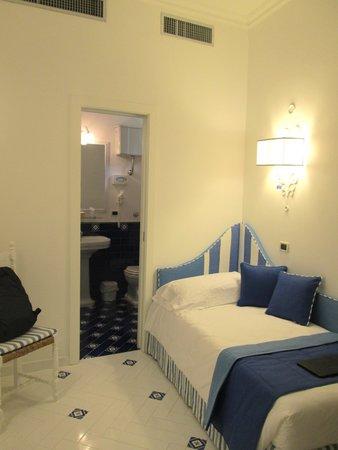 Hotel Villa Di Sorrento: room and bathroom door behind