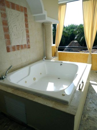 The Royal Suites Yucatan by Palladium: outdoor jacuzzi