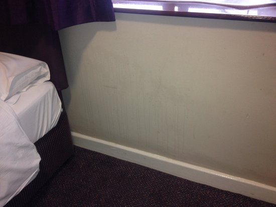 Premier Inn Wirral (Bromborough) Hotel: Wall next to bed