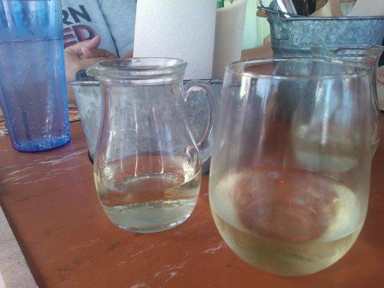 Joe's Crab Shack: Drinks are served