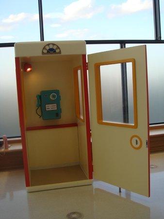 Kawasaki, Japão: The telephone booth to contact Doraemon, the futuristic cat