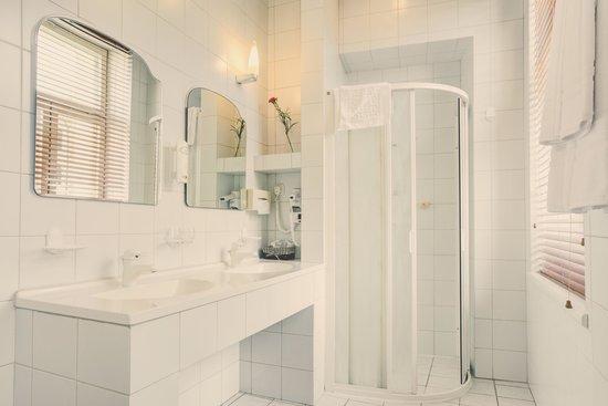 Amber Apple Hotel: The bathroom.