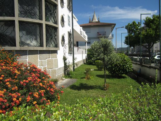 Hotel Calatrava: Pequeno jardim frontal