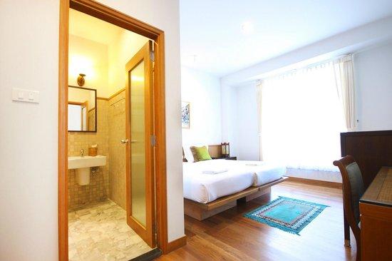 Baan Dinso @ Ratchadamnoen : Deluxe room with private bathroom
