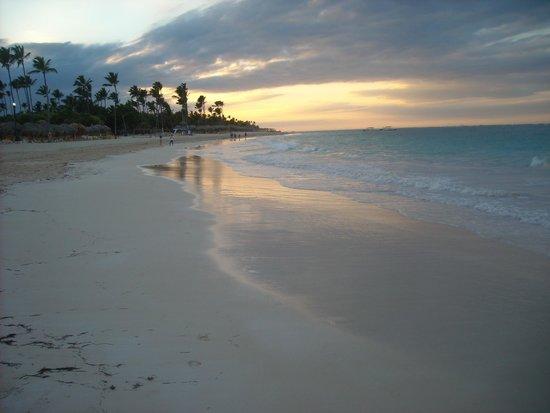 Grand Bahia Principe Bavaro : Sun setting on beach