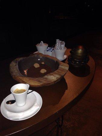 Hotel Teatro Porto: Café com trufas, servido com todo carinho e dedicação, pelo Hugo - colaborador do bar. ��������