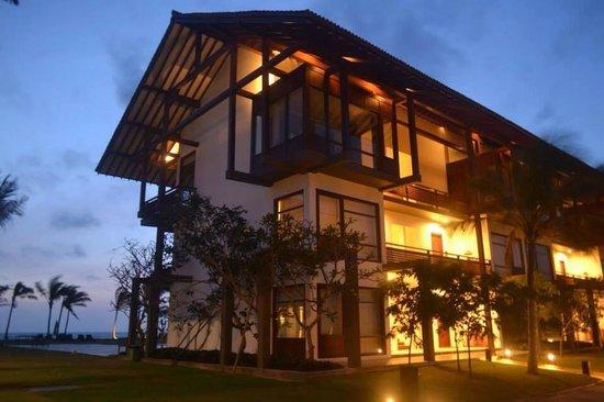 Anantaya Resort & Spa Chilaw: Ananthaya with lights on