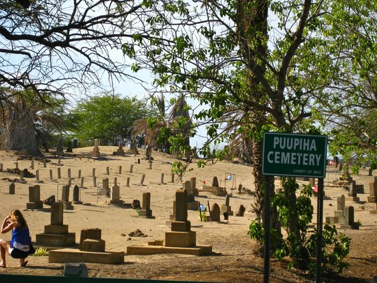 Lahaina Jodo Mission: creepy graveyard next door