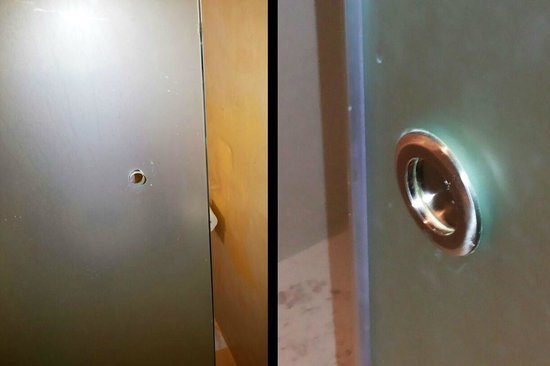 Agios Stefanos, Grekland: Barely finished bathroom door (first room) vs. Actually finished door (second room)