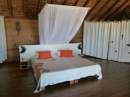 Anjiamarango Beach Resort: Bed in the middle of the room and bathroom behind the curtains