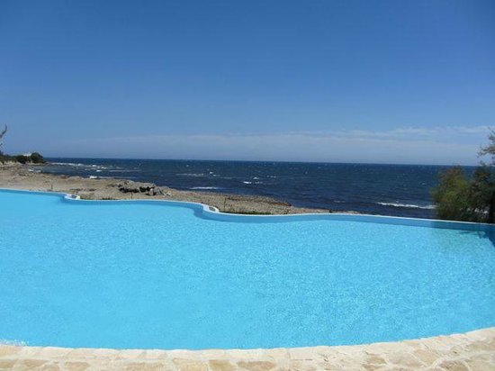 Hotel Costa dei Fiori : Infinity pool by rocky beach