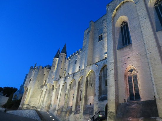 Pope's Palace (Palais des Papes): Exterior at night