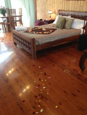 Kondalilla Eco Resort : Bed beautifully decorated with roses (pre-arranged by partner)