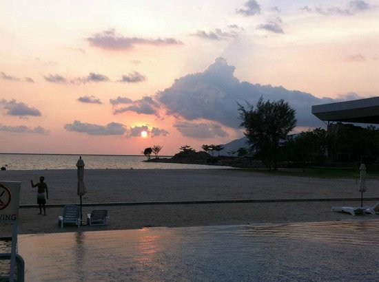 Century Langkasuka Resort: Sunset overloking the infinity pool