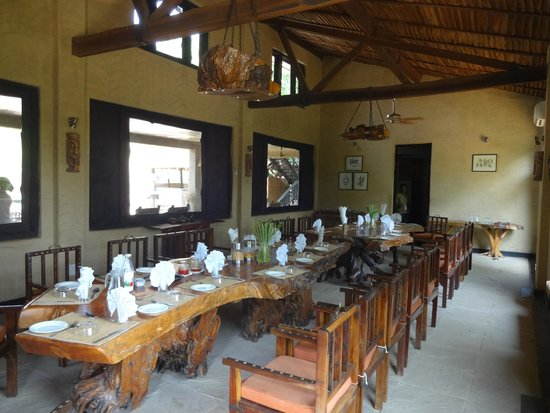 Pugdundee Safaris Kings Lodge: Dining area with All Wooden Dining Table