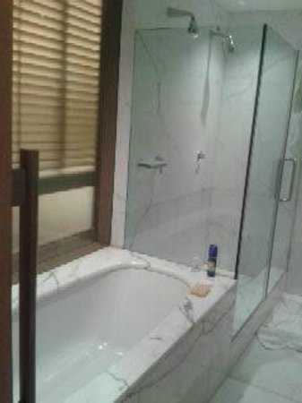 Hotel Raphael - Relais Chateaux : spacious bathroom