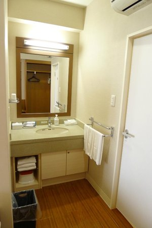 Vessel hotel campana Okinawa: 洗手台在浴室外