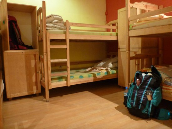 Hostel Orange: Beds and lockers.
