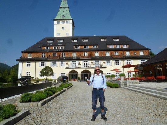 Schloss Elmau - Luxury Spa & Cultural Hideaway: Auf gehts zur herrlichen Schachen-Tour zum verrückten Jagdschloss Ludwigs II in atembraubender L