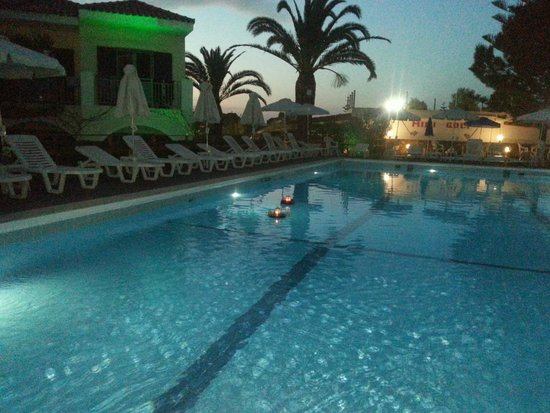 Contessa Hotel : floating candles on the pool