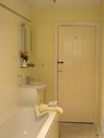 Lynch Country House: Clean and light bathroom.