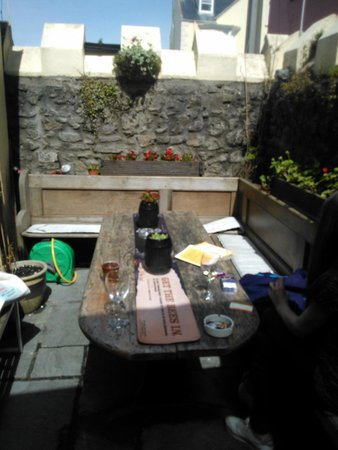 Crown Inn: Sunny afternoon in beer garden