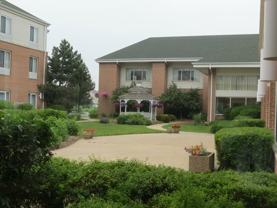 Hilton Garden Inn St. Charles: Nice garden area
