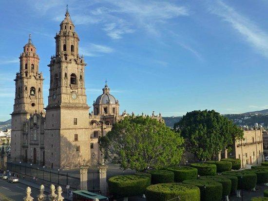 Mision Catedral Morelia : Blick auf die Kathedrale von der Bar auf dem Dach