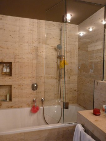CORTIINA Hotel : Душевая система в ванной