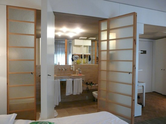 CORTIINA Hotel: ванная комната с распашными дверями