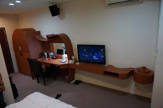 Classic Delight Hotel: 衣櫃+梳妝台+電視