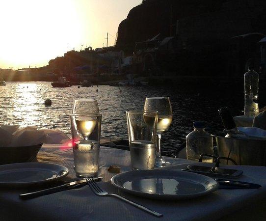 Sunset Ammoudi Taverna: Sunset dinning in Amoudi (Oia, Santorini, Greece)