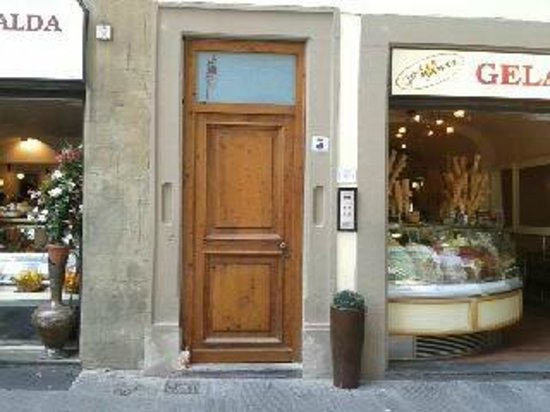 entrance to the Relais Piazza Signoria, live like a local!