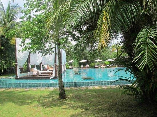 The Sarojin: Blick von der Gartenanlage auf den Pool