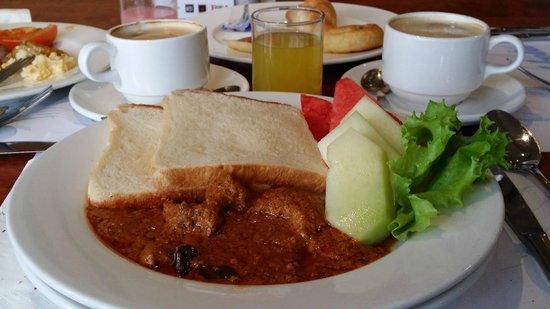 Mahkota Hotel Melaka: breakfast yummy rendang