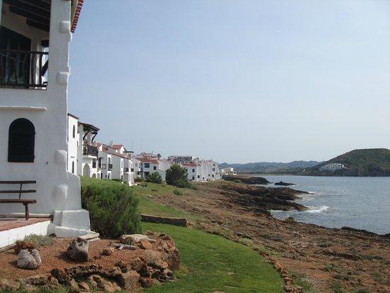 El Bergantin Menorca Club: Playa al fondo de la urbanización