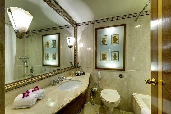 Hotel Hindusthan International Kolkata: Colony Room Washroom