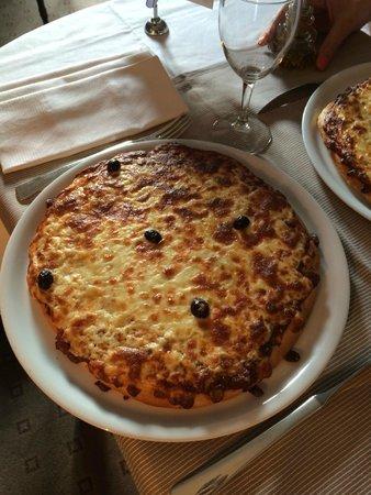 Hotel Barriere Le Majestic Cannes: questa sarebbe una pizza margherita...mah!