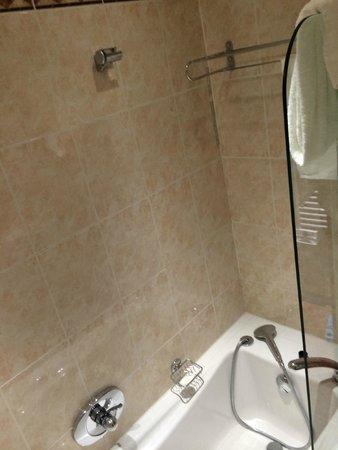 Hôtel Barrière Le Majestic Cannes: vasca da bagno uso doccia! ma dove ci si fa la doccia?