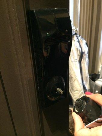 Hôtel Barrière Le Majestic Cannes : maniglia della porta della camera che cade a pezzi