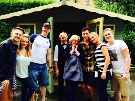 Kings Croft Guest House : Some of the cast of An Evening of Dirty Dancing with owners Dee & David outside in the grounds
