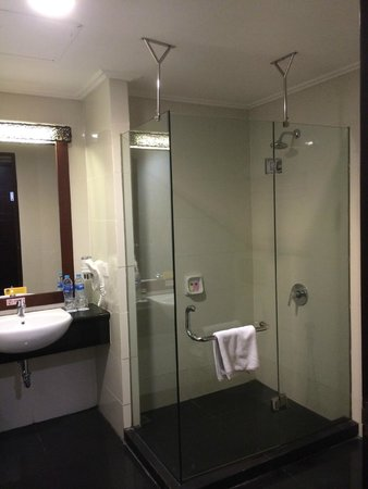 Best Western Mangga Dua Hotel and Residence : The bathroom