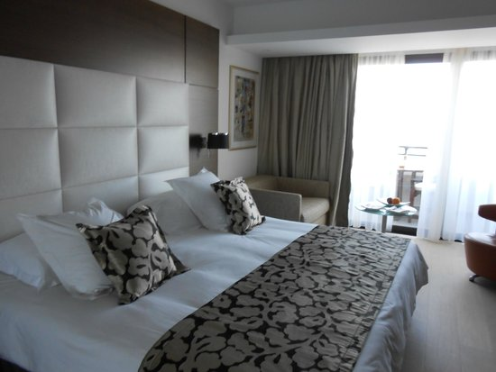 Amathus Beach Hotel Limassol: Part of the bedroom and balcony