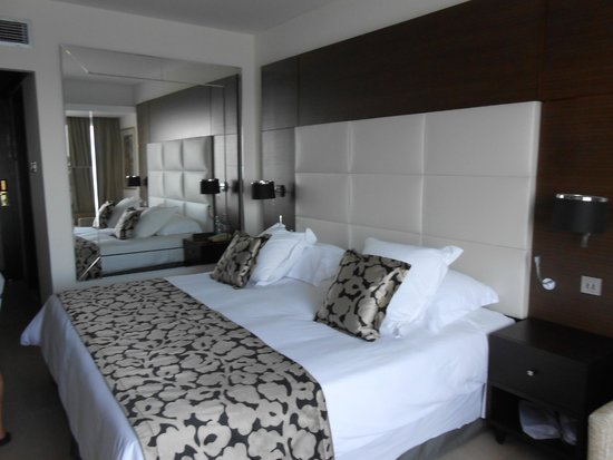 Amathus Beach Hotel Limassol: Bedroom with huge mirro